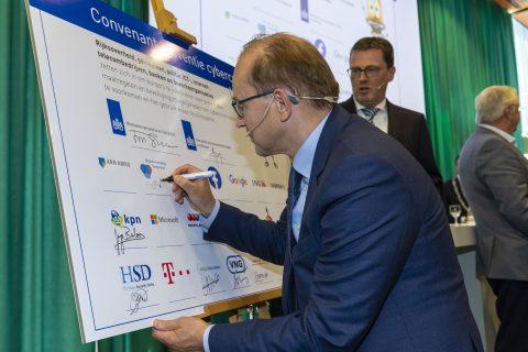 Piet Mallekoote, directeur Betaalvereniging Nederland, ondertekent het convenant 'Preventie cybercriminaliteit'
