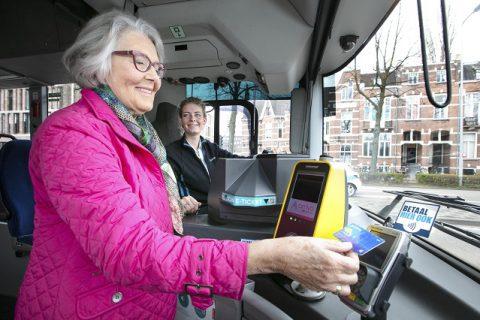 5 miljardste 2 contactloze pinbetaling in de Arriva-bus in Den Bosch